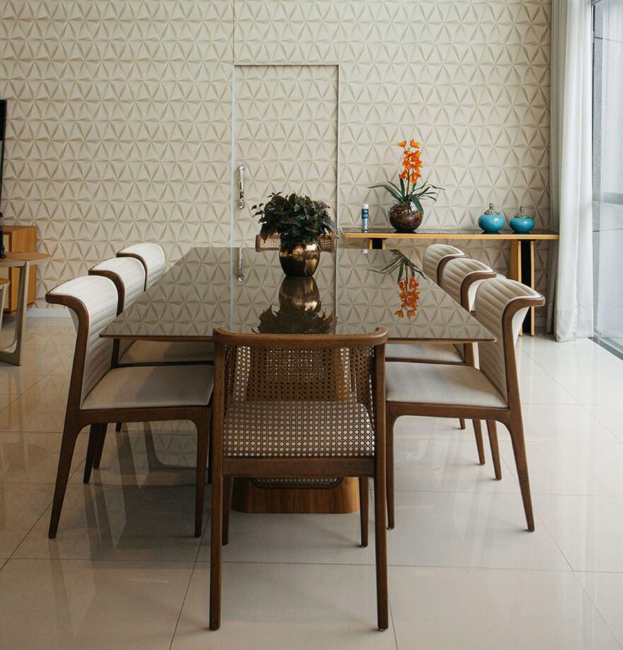 Mesa de 7 lugares. Tampo em vidro marrom, estofado com cores claras e encosto em palinha.