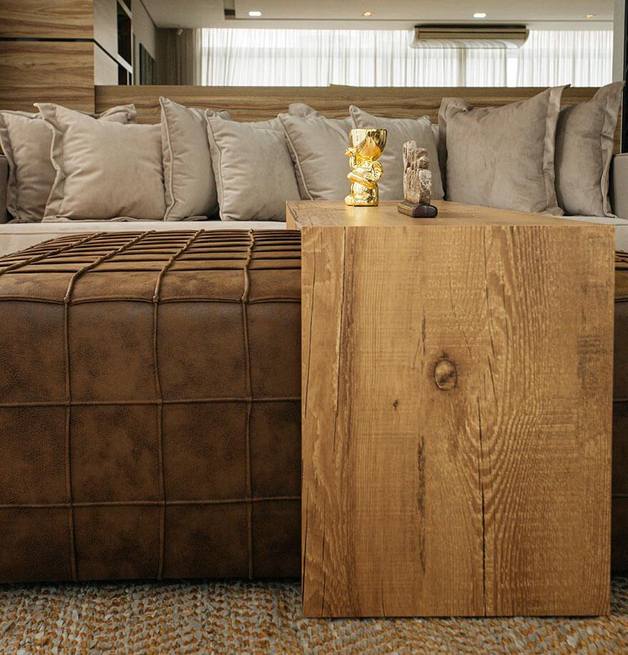 Mesa de centro em couro com detalhes em madeira.