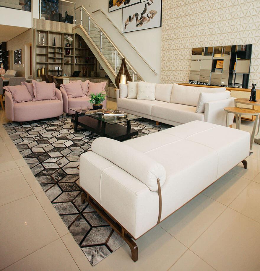 Sala com móveis em tons claros e tapete com textura que deixa o ambiente mais arejado e confortável.