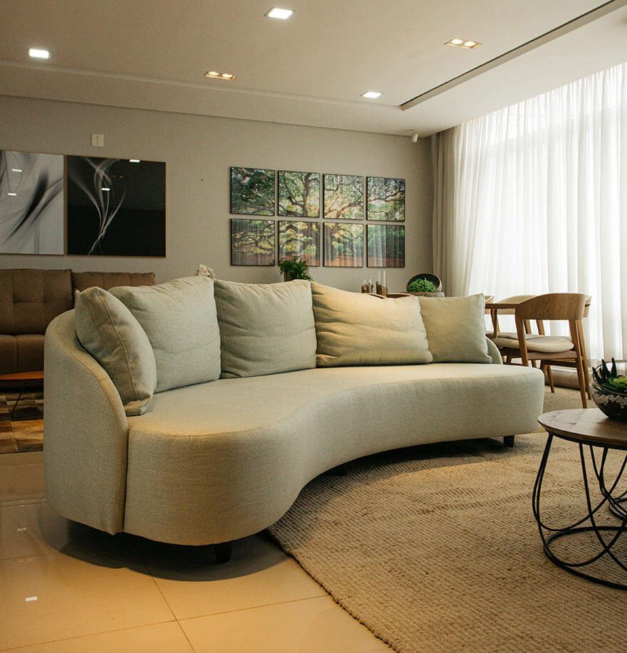 Sofá em curva com design vintage. Deixa qualquer ambiente muito mais charmoso. Exclusividade Italo Decor.