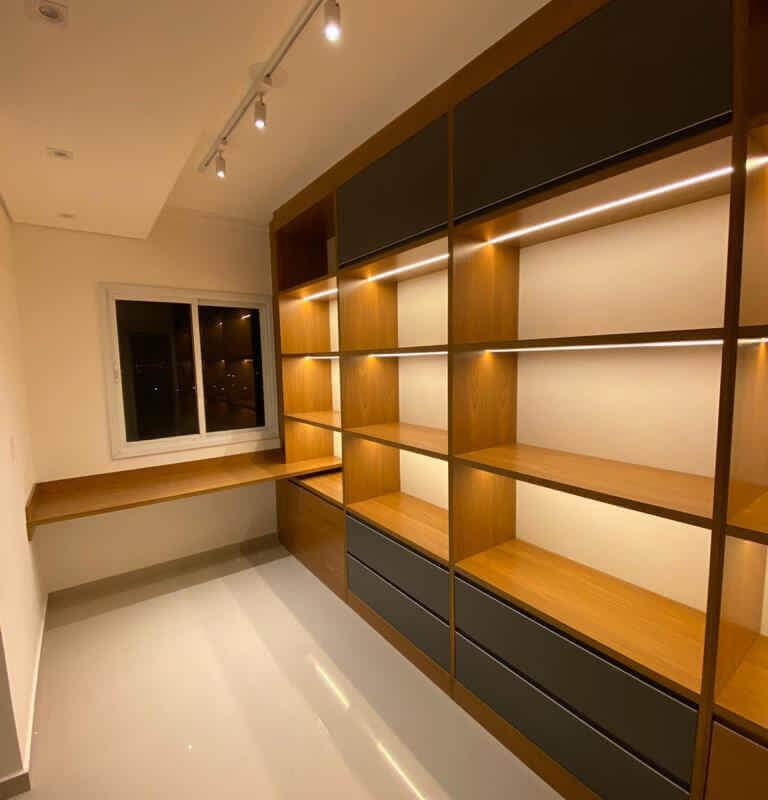 Closet com iluminação para auxiliar na visualização das peças